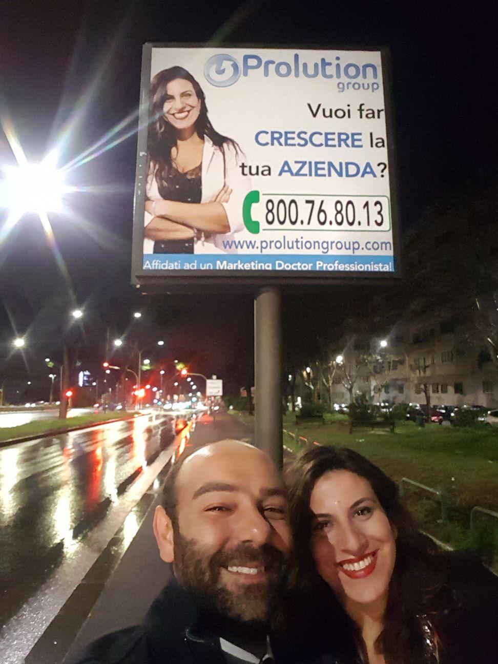 IMMAGINE Una sorriso conosciuto quella del cartellone, non pensate?!
