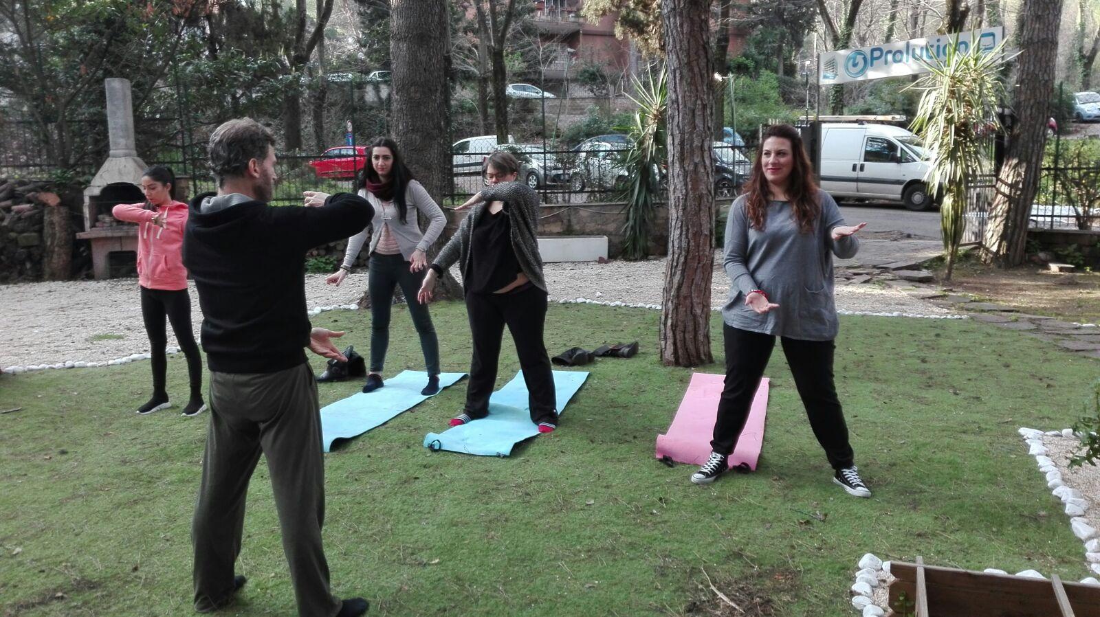 IMMAGINE Vivere spiritualmente è vivere nel presente. Lo yoga ci porta nel momento presente, facendoci diventare coscienti della nostra postura, dei nostri movimenti e della nostra respirazione.