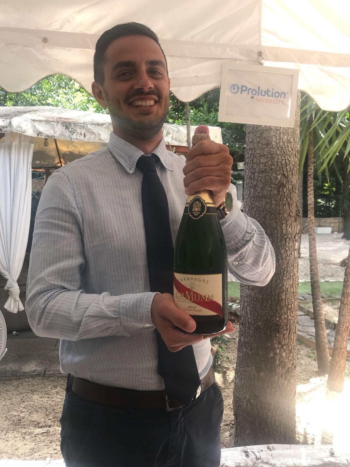 IMMAGINE Anche tu come il buon Fabio hai qualcosa da festeggiare questa sera?!